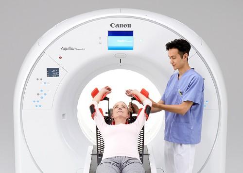 یک سیستم CT با دهانه (bore) عریض برای استقرار آسان بیمار